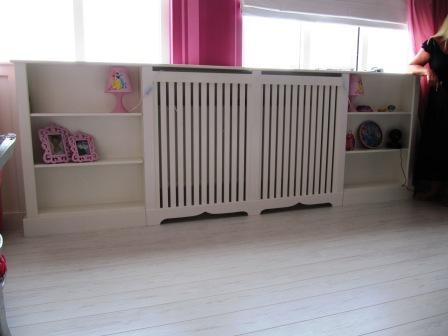 radiatorscherm met lattex en aangebouwde kasten