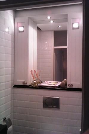 toilet met opbergkastjes en spiegel