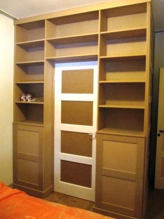 inloopkast met boekenkasten