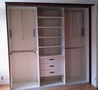 kast interieur met kledingliften en lades