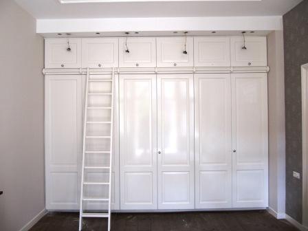 paneeldeurkast met trap en bovenkleppen